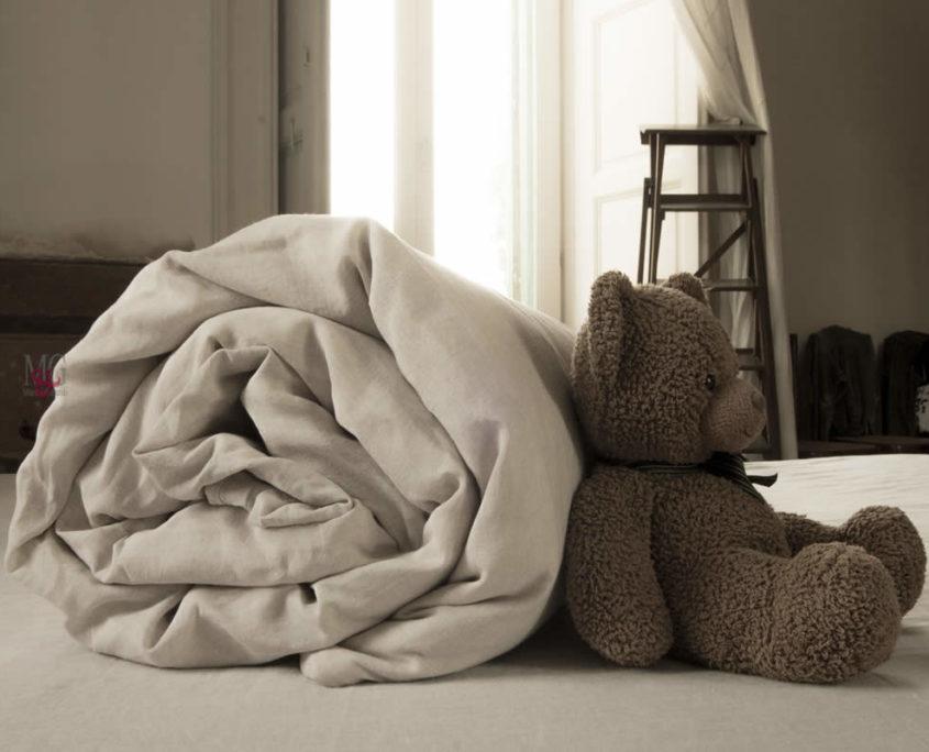 copripiumino matrimoniale singolo in lino stropicciato tinta unita letto con orso bruno